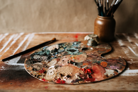 Artist's palette with oil paints and brushes. Banque d'images