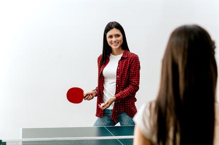 Two women playing table tennis Foto de archivo - 98413207
