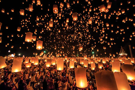CHIANG MAI, THAILAND - NOVEMBER 8, 2014: Visitors are launching colorful lanterns in Loykratong festival at Chiangmai, Thailand. 新闻类图片