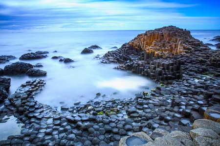 Las piedras de la naturaleza del hexágono en la playa llamada Calzada de los Gigantes, el punto de referencia en Irlanda del Norte.