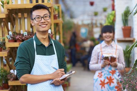 ショップの作業 2 つの若い中国の花屋の写真 写真素材