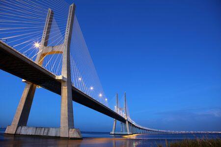 ponte: Ponte Vasco da Gama in Lisbon (Portugal) at dusk