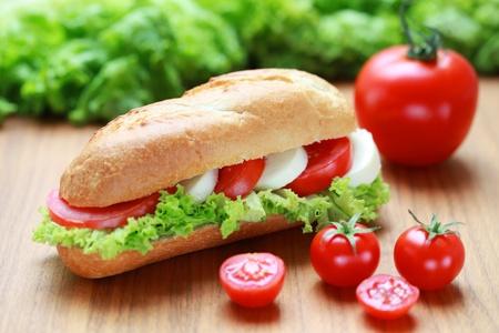Close-up van een verse sandwich met mozarella en tomaten