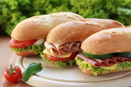 Close-up van drie verse broodjes met Turkije, salami en mozarella