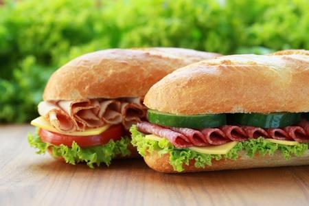 2 つの新鮮なサンドイッチ サラミと生ハムのクローズ アップ