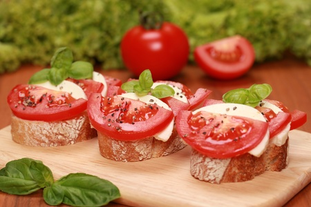fingerfood: Fingerfood topped with tomatos and mozzarella cheese