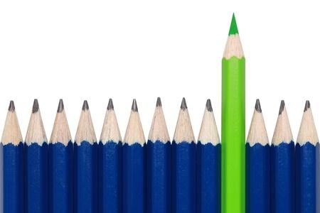 disegni a matita: Matite blu e uno verde pastello in piedi fuori dalla folla. Isolato su bianco. Archivio Fotografico