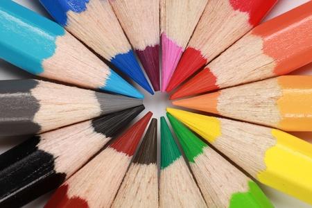 Kleurpotloden die een cirkel vormen.