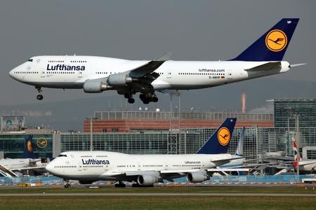 Frankfurt, Duitsland - 3 april 2011: Een Lufthansa Boeing 747 op de aanpak van de internationale luchthaven van Frankfurt (FRA). Lufthansa is de Duitse nationale luchtvaartmaatschappij en de grootste luchtvaartmaatschappij van Europa met ongeveer 720 vliegtuigen en 106 miljoen passagiers in 2011. De Boeing 747 is een
