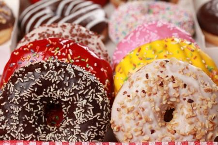 Verzamelen van vele gekleurde donuts in een doos