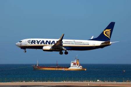 lanzarote: Lanzarote, Spanje - 8 oktober 2011: Een Ryanair Boeing 737-800 benaderingen luchthaven van Lanzarote in Spanje. Ryanair is een low-cost luchtvaartmaatschappij van Ierland, met het hoofdkantoor in Dublin. Het is de grootste luchtvaartmaatschappij van Europa met 294 vliegtuigen en 76,4 miljoen passagiers in 2011. Redactioneel
