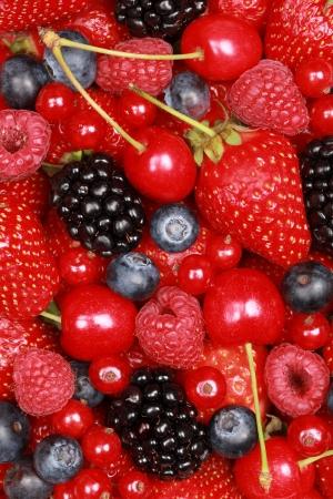 Groep van kersen, aardbeien, bosbessen, rode bessen, frambozen en bramen Stockfoto
