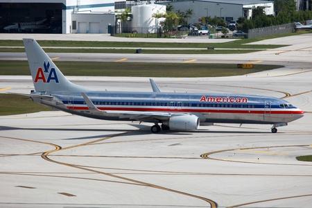 Fort Lauderdale, Florida - 10 mei 2012 Een American Airlines Boeing 737-800 met de registratie N817NN taxi's op Fort Lauderdale Airport in Florida American Airlines werkt met 608 vliegtuigen in 2010 het droeg 86 1 miljoen passagiers Het is hoofdkwartier Redactioneel