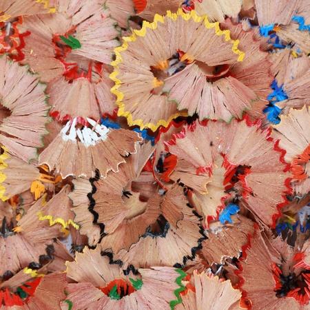 utiles escolares: Colorido resto del sacapuntas forma un fondo