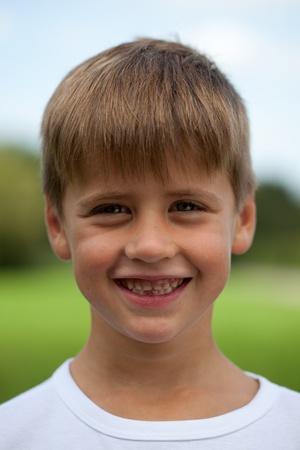 Portret van een gelukkige lachende jonge jongen met tand ruimte