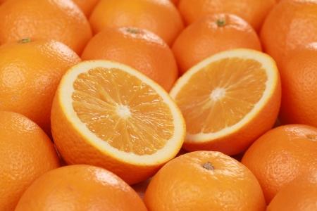naranjas: Primer plano de rodajas de naranjas frescas, decorado con más naranjas