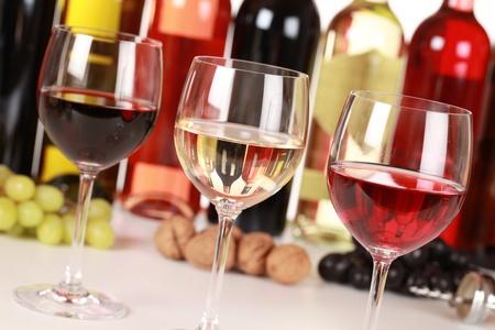 bouteille de vin: Collection de trois vins diff�rents dans des verres avec mise au point s�lective. Banque d'images