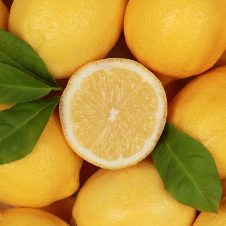 lima limon: Colecci�n de limones frescos con sus hojas y un lim�n en rodajas