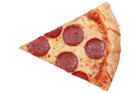 Plak van een pepperoni pizza geïsoleerd op witte achtergrond