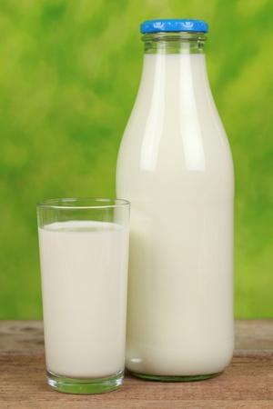 melk glas: Verse melk in een fles en in een glazen