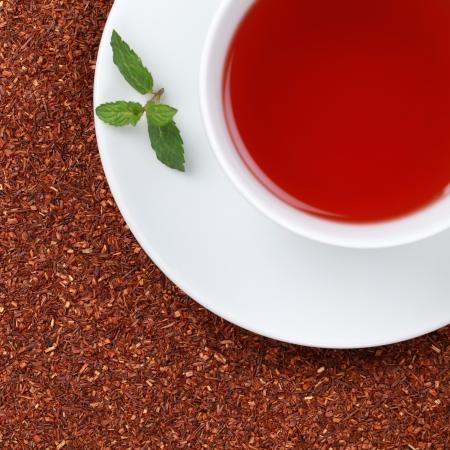 Rooibos thee in een kopje met kopie ruimte, geserveerd met een balsem