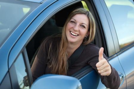 Een succesvolle bestuurder leunt uit het raam en zien thumbs up