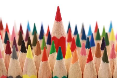 ビジネス コンセプト: 群衆の中から目立つ赤いクレヨン