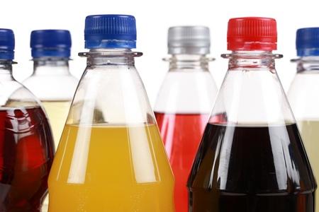 Verschillende flessen met soda geïsoleerd op witte achtergrond Stockfoto