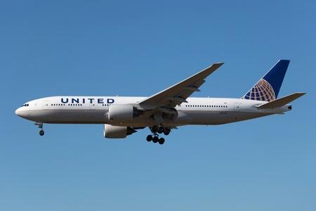 Los Angeles, Californië - 21 maart 2013: Een United Airlines Boeing 777-200 met de registratie N217UA on benadering van de luchthaven van Los Angeles (LAX) in Californië. United Airlines is 's werelds grootste luchtvaartmaatschappij met 706 vliegtuigen en ongeveer 96 miljoen passagiers i
