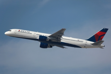 Los Angeles, Californië - 24 maart 2013: Een Delta Air Lines Boeing 757-200 met de registratie N655DL stijgt op van de luchthaven van Los Angeles (LAX) in Californië. Delta Air Lines is 's werelds grootste luchtvaartmaatschappij met 752 vliegtuigen en 111.100.000 passagiers in