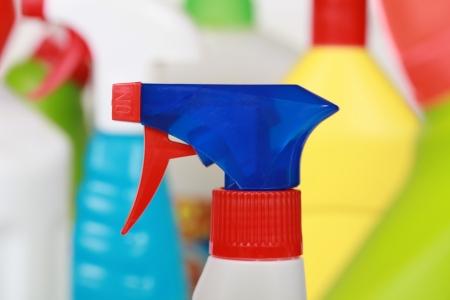 schoonmaakartikelen: Verschillende schoonmaakmiddelen zoals spray en wasmiddel flessen Stockfoto