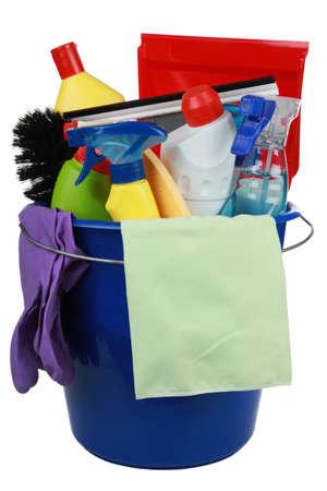 detersivi: Secchio di plastica con i prodotti per la pulizia attrezzature di pulizia quali scope, spugne e bottiglie spray