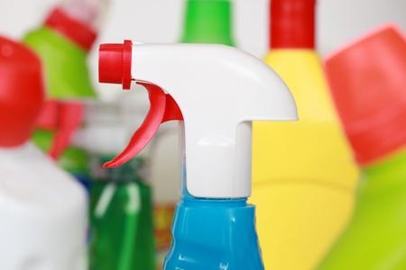 schoonmaakartikelen: Schoonmaakartikelen in plastic flessen, zoals spray en wasmiddel flessen