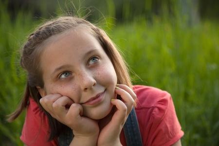 niños pensando: Retrato de un joven días soñando en la naturaleza