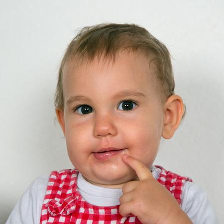 looking into camera: Ritratto di un bambino curioso guardando in camera