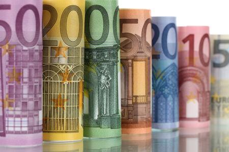 european union currency: Todos los billetes de euro de la moneda de la Uni�n Europea en una fila con la reflexi�n