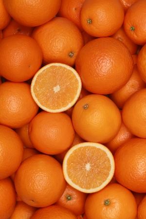 naranjas: Colección de naranjas frescas formando un fondo de frutas Foto de archivo