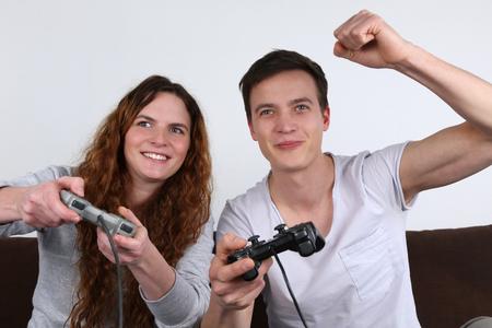 jugando videojuegos: Dos j�venes que se divierten en los videojuegos