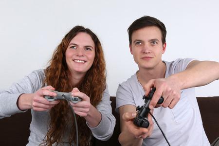 jugando videojuegos: Una joven pareja est� jugando juegos de video