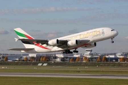ミュンヘン, ドイツ - 2013 年 10 月 24 日: エミレーツ航空エアバス A380 スーパー ジャンボ、登録 A6 EEE 離陸からミュンヘン空港 (MUC) ドイツで。エアバス A380 は、世界で最も大きい乗客の定期旅客機です。エミレーツは、ドバイに拠点を置く航空会社米国 A