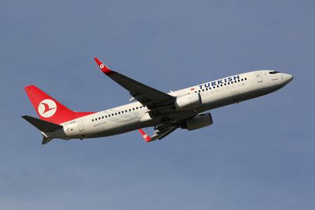 operates: Monaco di Baviera, Germania - 24 ottobre 2013: Un Turkish Airlines Boeing 737-800 con la registrazione TC-JGM decolla dall'aeroporto di Monaco (MUC) in Germania. Turkish Airlines � la compagnia aerea di bandiera vettore di bandiera della Turchia. Esso opera con 233 aerei e portato 4 Editoriali
