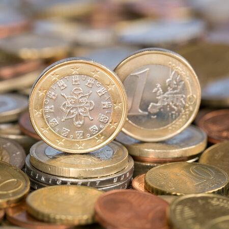 european union currency: Una moneda de un euro de la moneda de los pa�ses miembros de la Uni�n Europea Portugal Foto de archivo