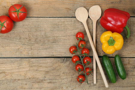 gezond koken: Healthy cooking with fresh vegetables ingredients on a wooden table Stockfoto