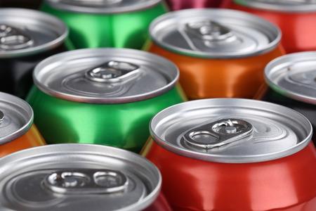 lata de refresco: Las bebidas como refrescos de cola, cerveza y limonada en latas Foto de archivo