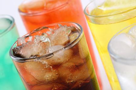 alimentos y bebidas: Bebidas gaseosas coloridas con cola, refrescos con cubos de hielo Foto de archivo