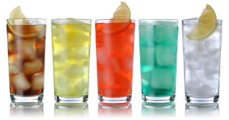 Frisdrank met cola en limonade, die op een wit