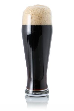 schwarzbier: Dunkles Bier in einem Glas mit Schaum, isoliert auf einem wei�en Lizenzfreie Bilder