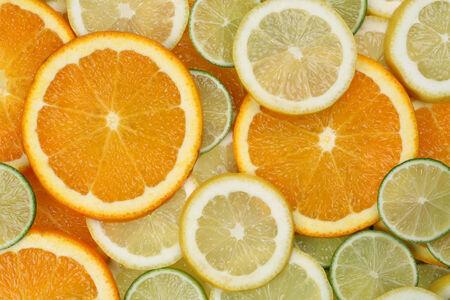 감귤류의 과일: 슬라이스 오렌지, 레몬, 라임 감귤 류의 과일에서 만든 배경