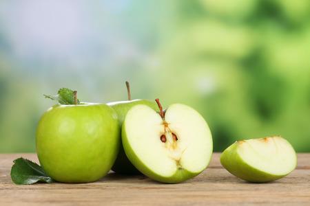 manzana verde: Manzanas verdes en verano con copyspace