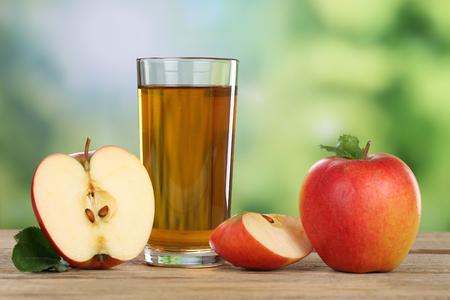 Appelsap en rode appelvruchten in de zomer Stockfoto